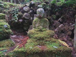 Statue de Bouddha sur le chemin de randonnée à Shirahama