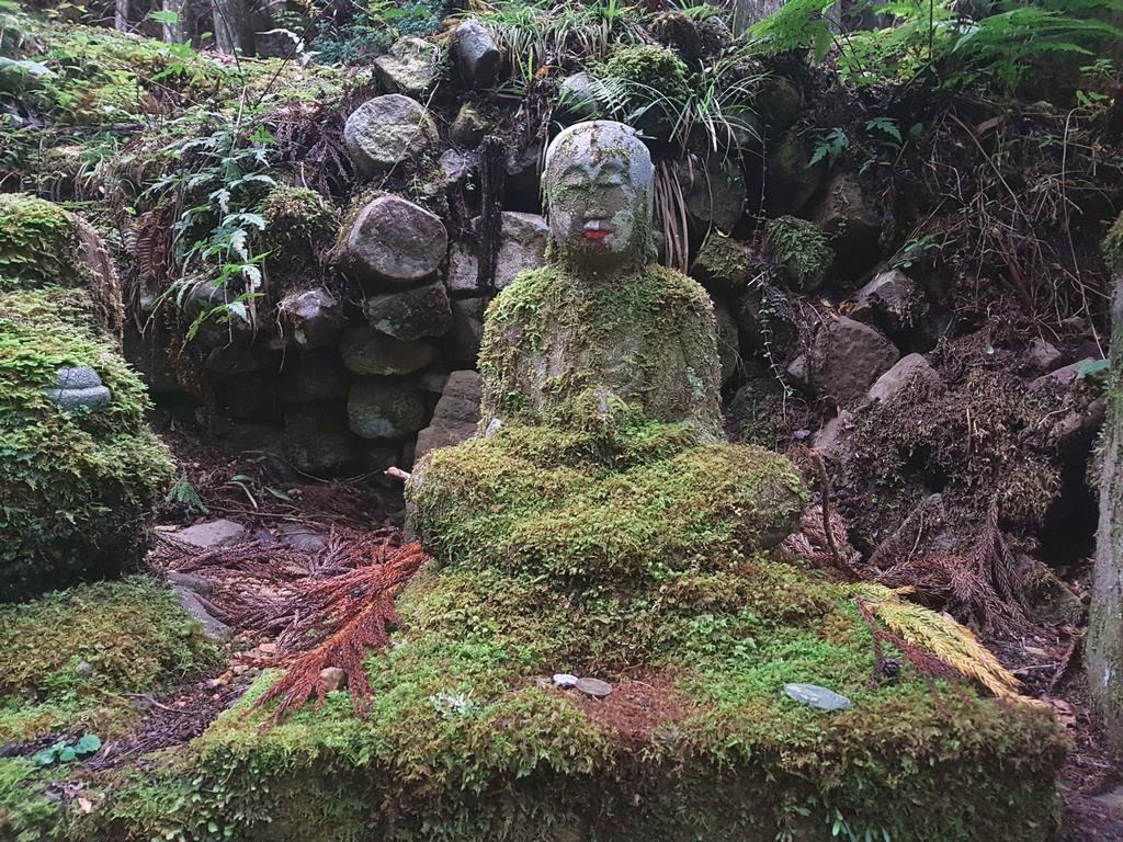 Bouddha dans le cimetière Okunoin à Koyasan