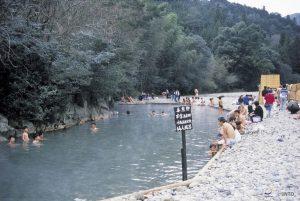 A Kawayu onse, les sources choses jaillissent naturellement dans la rivière.