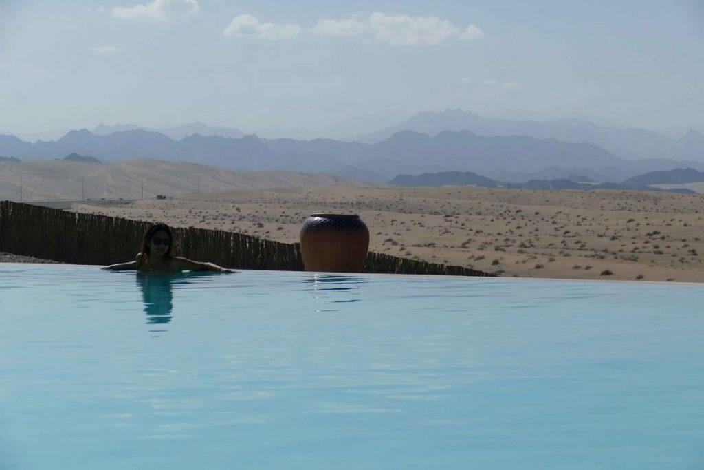 La piscine à débordement a pour horizon les contreforts ouatés du Jabal Akhdar.