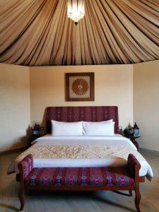 Notre tente est spacieuse (40 m²) et l'ambiance, au charme tout oriental, reflète la culture omanaise.