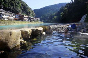 Onsen à Kawayu. le onsen est très chaud et on peut le refroidir à loisir avec de l'eau froide provenant de la rivière Kumano.