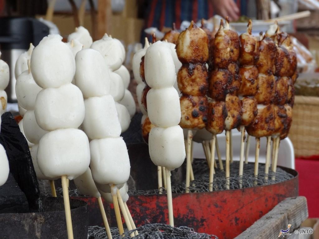 Les dango  Les dango sont des friandises particulièrement appréciées des Japonais. On trouve toutes sortes de déclinaisons et de couleurs.