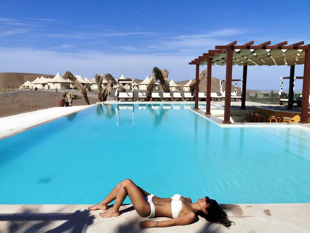 Pause bronzage au bord de la piscine.