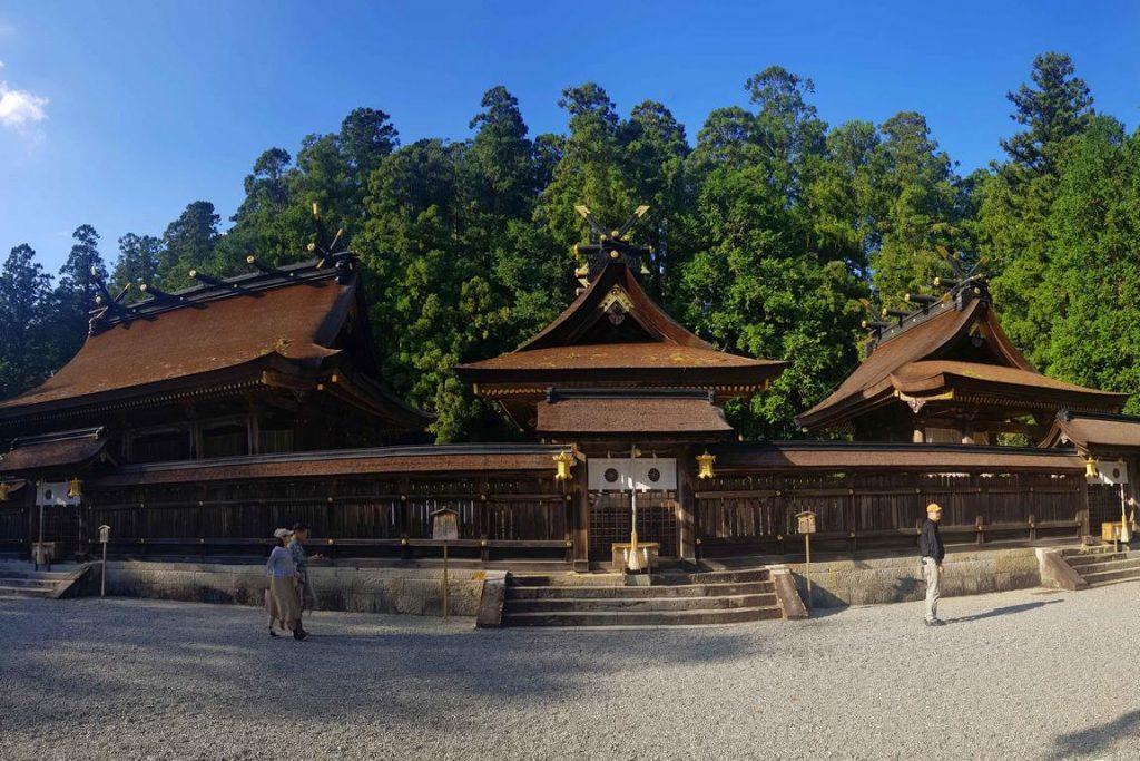 Situé au cœur des monts Kii, Kumano Hongu Taisha arbore une façade en bois qui se fond dans son décor naturel et un toit en écorce de cyprès.