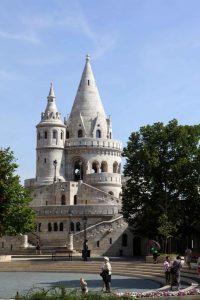 Budapest. Tours du bastion des pêcheurs situé sur les hauteurs de la ville dans le quartier de Buda.