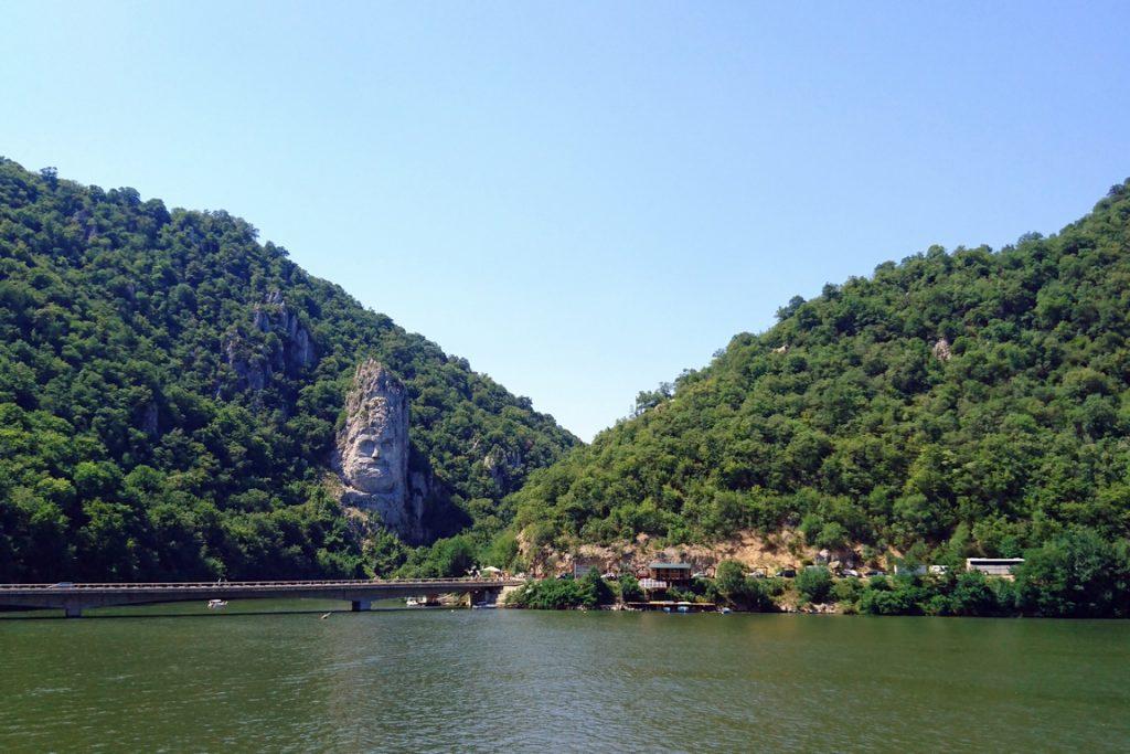 Statue de Décébale. Haute de 40 m et large d'une vingtaine de mètres, elle a été sculptée entre 1994 et 2004.
