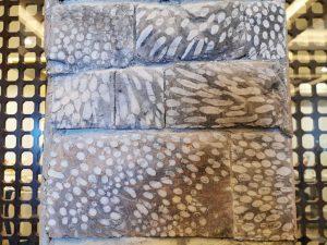 Des pierres de calcaire mouchetées de blanc provenant des montagnes voisines composent une frise originale dans la salle de restaurant.