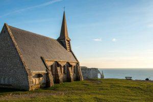 La chapelle Notre-Dame de la Garde surplombe la falaise amont d'Étretat.