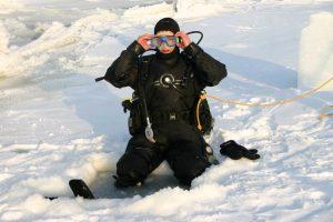 Norvège. Pêche au crabe royal. Le pêcheur ajuste ses lunettes avant de s'immerger dans l'eau glacée.