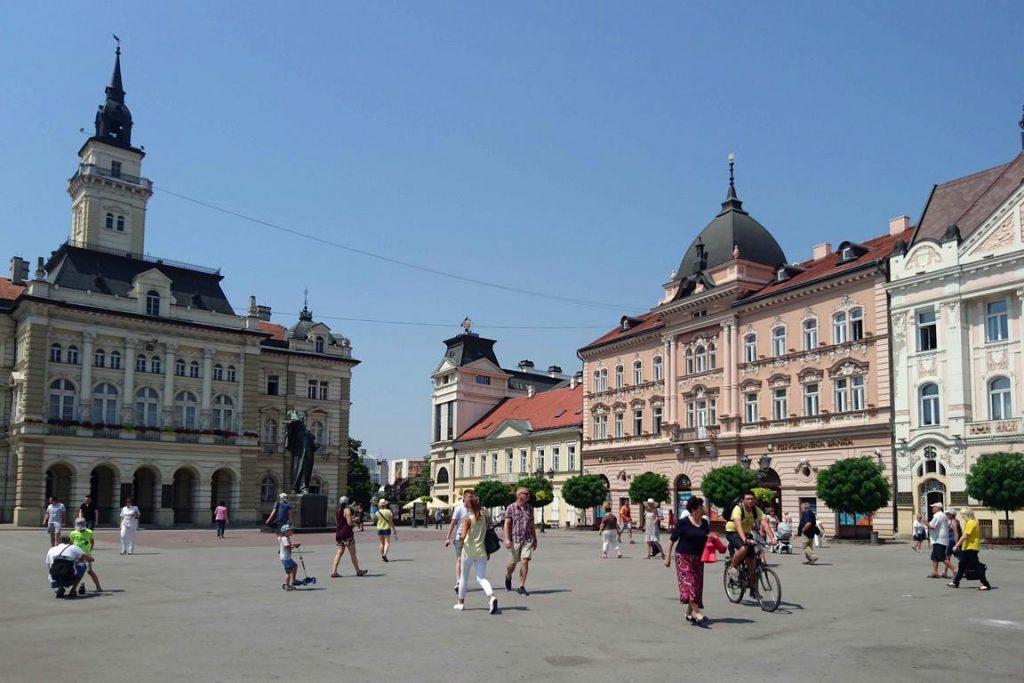 À Novi Sad, la place Slobode affiche son allure baroque