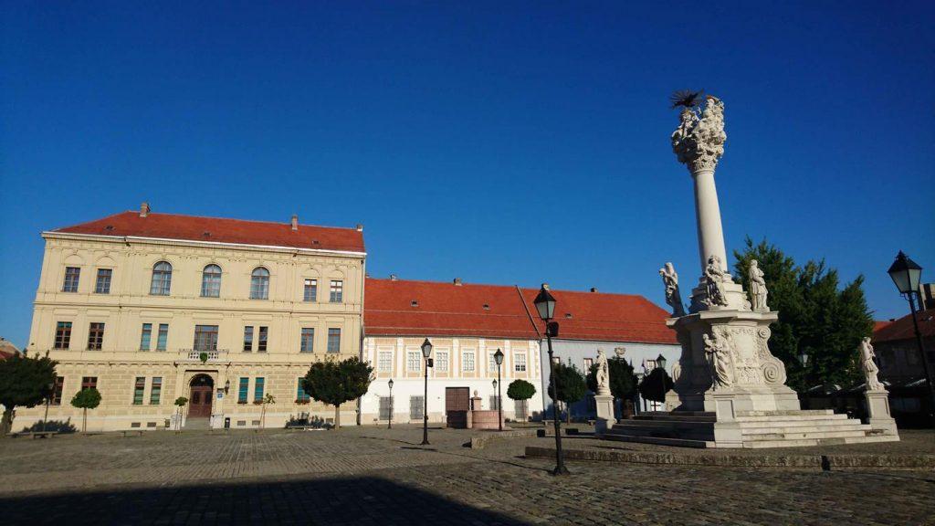 """Sur la place de la citadelle d'Osijek, se tient une colonne baroque dédiée à la sainte Trinité, appelée aussi """"Pilier de la peste"""" en hommage aux milliers de victimes de l'épidémie de peste du début du XVIIIe siècle."""