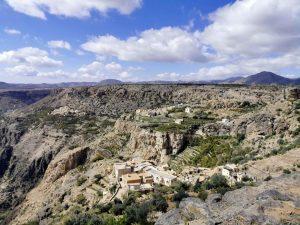 Sur l'autre versant du canyon, surplombant ce paysage vertigineux, les villages blancs d'Al Ayn et d'Ash Shirayjah se détachent de ce décor montagneux tout de gris vêtu.