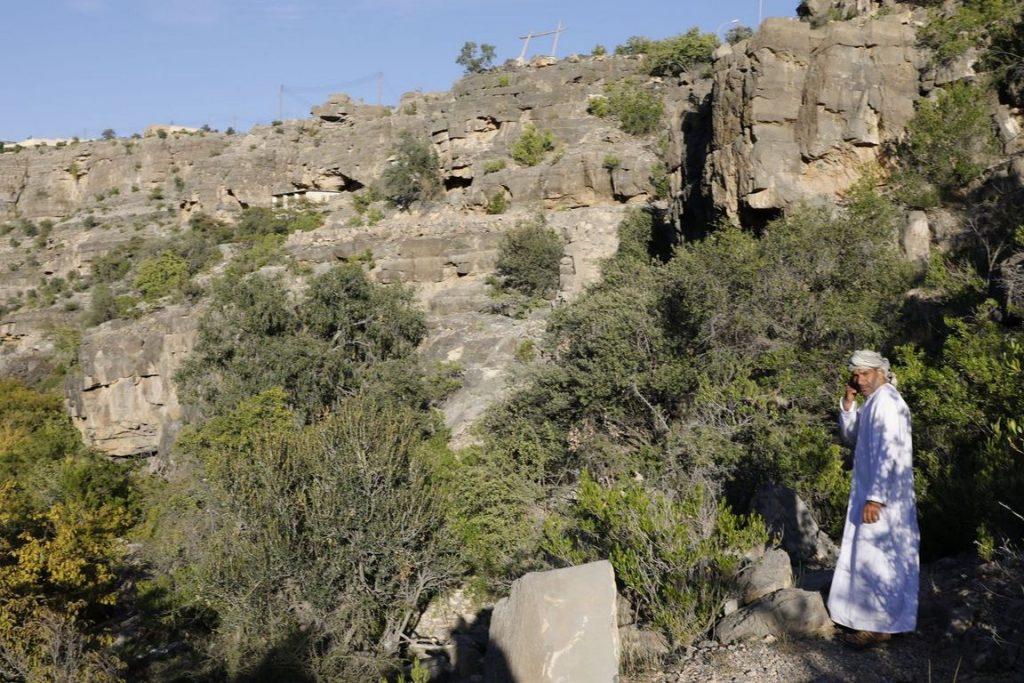 Souleymane est un enfant du village de Wadi Beni Habib et veille sur les ruines.