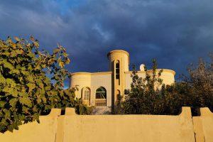 En arrivant dans le village d'Al Aqur, on remarque qu'il existe, ici comme ailleurs en Oman, des « lotissements de petits palais » !
