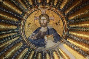 Chora. La représentation du Christ Pantocrator se situe au-dessus de la porte qui accède au narthex extérieur. Dans sa main gauche il tient les Saintes Ecritures et fait un signe de bénédiction de sa main droite..