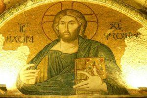 """Le Christ Pantocrator est représenté tenant les saintes Ecritures dans la main. Autour de son visage, il est écrit """"Jésus-Christ et le lieu de la vie."""""""