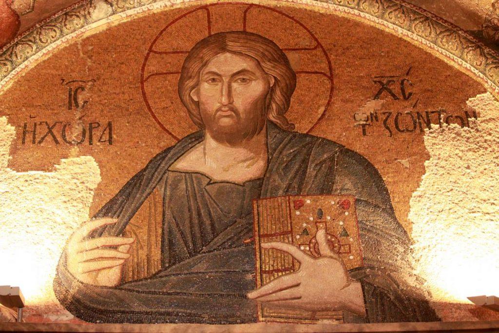 Au-dessus de la porte qui permet l'accès au narthex extérieur, le christ Pantocrator est représenté tenant le livre saint de sa main gauche et faisant un signe de bénédiction de la main droite.