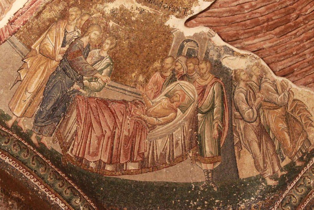Au centre de la voûte du narthex intérieur montre Jésus guérissant un paralytique de Capharnaüm avec l'apôtre Pierre à côté de Jésus..