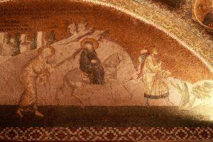 La Sainte Famille avec Marie à dos d'âne et Joseph derrière se rend à Bethléem pour le recensement.