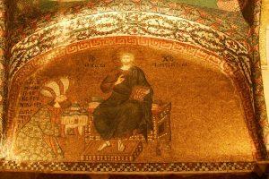 Théodore Métochite qui a accompli la construction de l'église de Chora est représenté dans ses habits orientaux, en train d'offrir la maquette de l'église à Jésus.