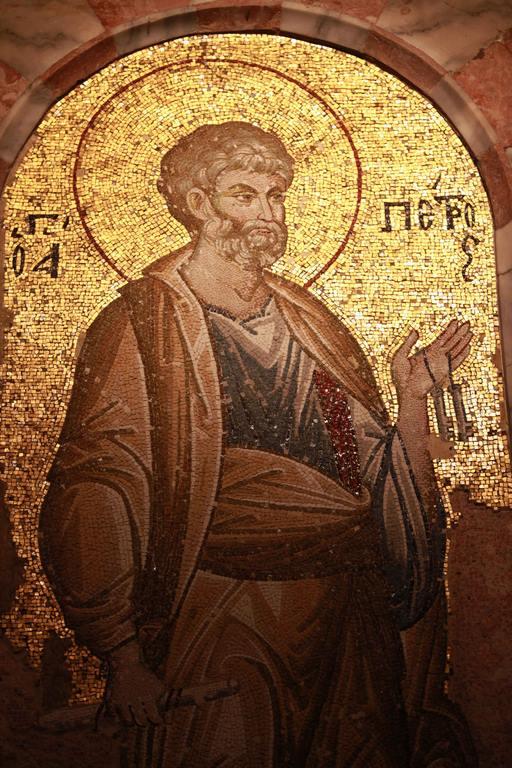 Saint Pierre est représenté dans le narthex intérieur, tenant les clés du royaume des cieux.