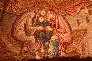 Chora. À l'ouest de la voûte d'une des parties du narthex intérieur, on trouve une mosaïque représentant l'adoration de Marie. Son père, Joachim, et sa mère, Anne, adorent leur fille Marie qu'ils tiennent entre leurs bras.