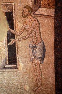 À l'ouest d'un des arcs du narthex intérieur, Jésus est représentant guérissant un lépreux qui tend les bras en avant, le corps et le visage couverts de taches.
