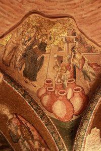 Sur un des pendentifs du narthex extérieur, le miracle des noces de Cana est représenté.