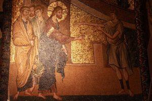 A l'est de l'arc du narthex intérieur, Jésus est représenté guérissant un malade hydropique.
