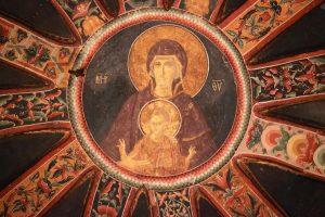 Au centre de la coupole du parecclesion, Marie et Jésus sont représentés dans un médaillon. Jésus fait un signe de bénédiction des deux mains.