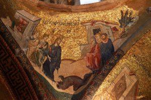 Sur le pendentif sud-est de la coupole du narthex intérieur, une femme souffrant d'hémorragie supplie Jésus de la guérir.