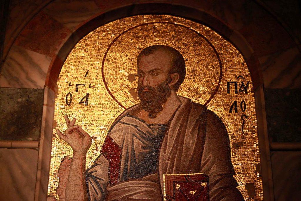 Dans le narthex intérieur, Saint Paul est représenté debout, faisant le signe de bénédiction de sa main droite.