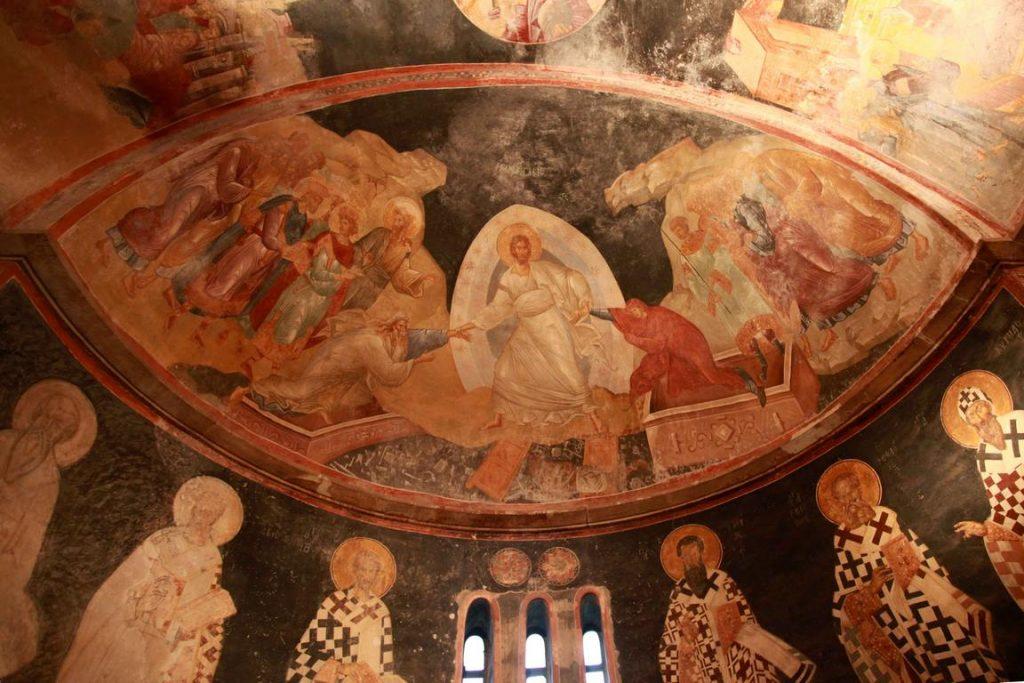 Chora. La fresque de la Résurrection est représentée sur la demi-coupole de l'abside du Parecclession. Le Christ tire Adam et Eve hors des sarcophages.