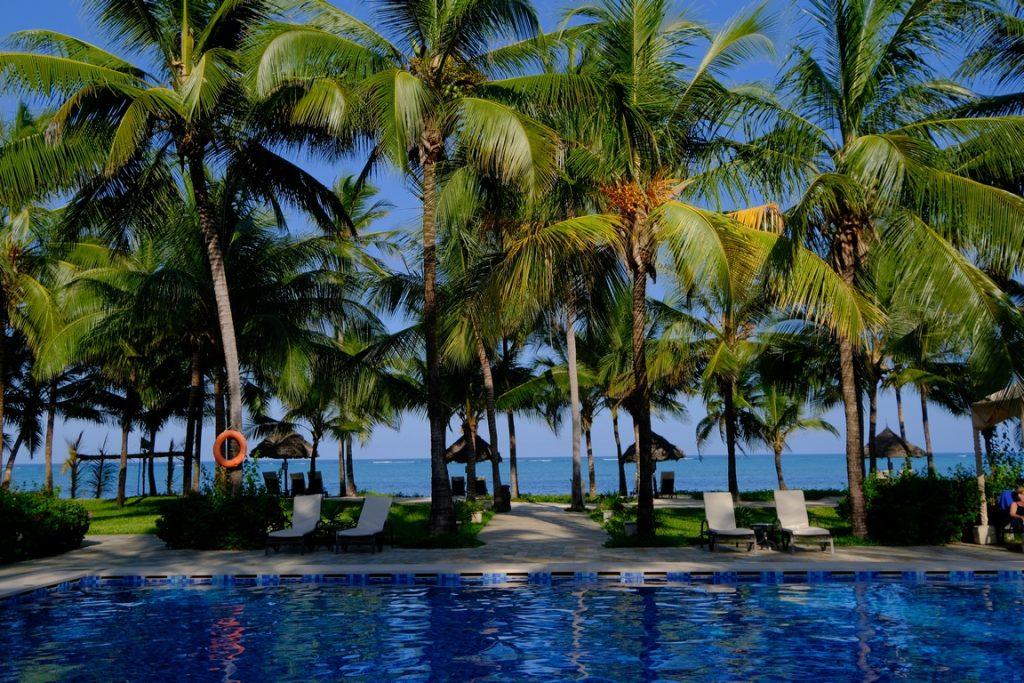 Zanzibar. Baraza resort. Vue sur le lagon depuis la piscine.