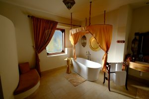 Zanzibar. Baraza resort. La salle de bain de sultane swahili, avec les sels de bain pour se prélasser seule ou à deux. .