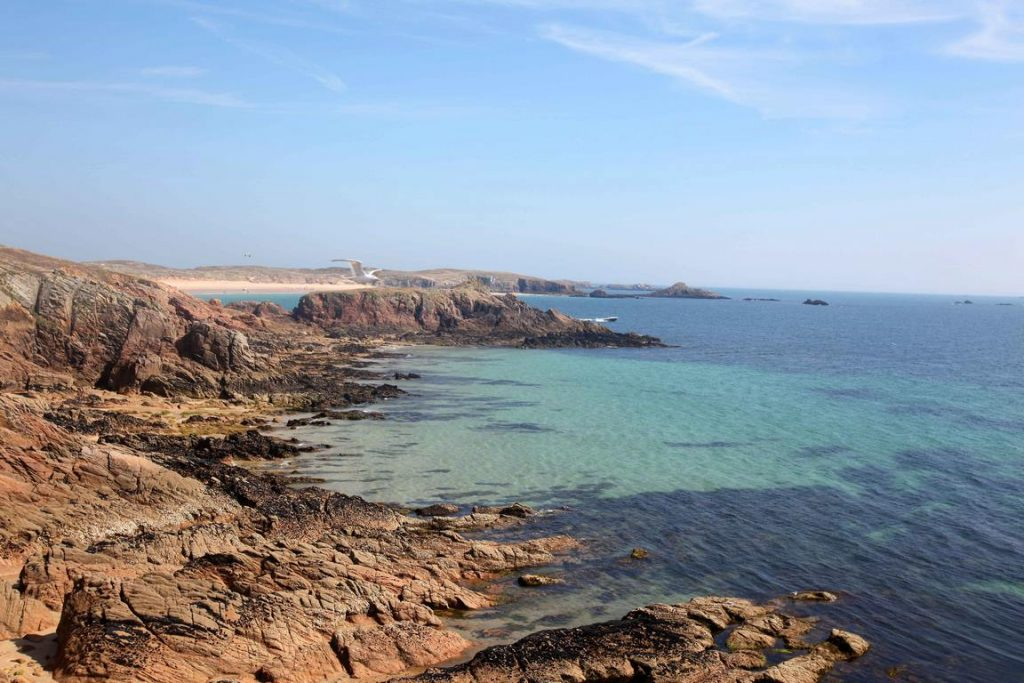 Houat. Giflé par les vagues, le littoral offre au regard ses estrans granitiques.
