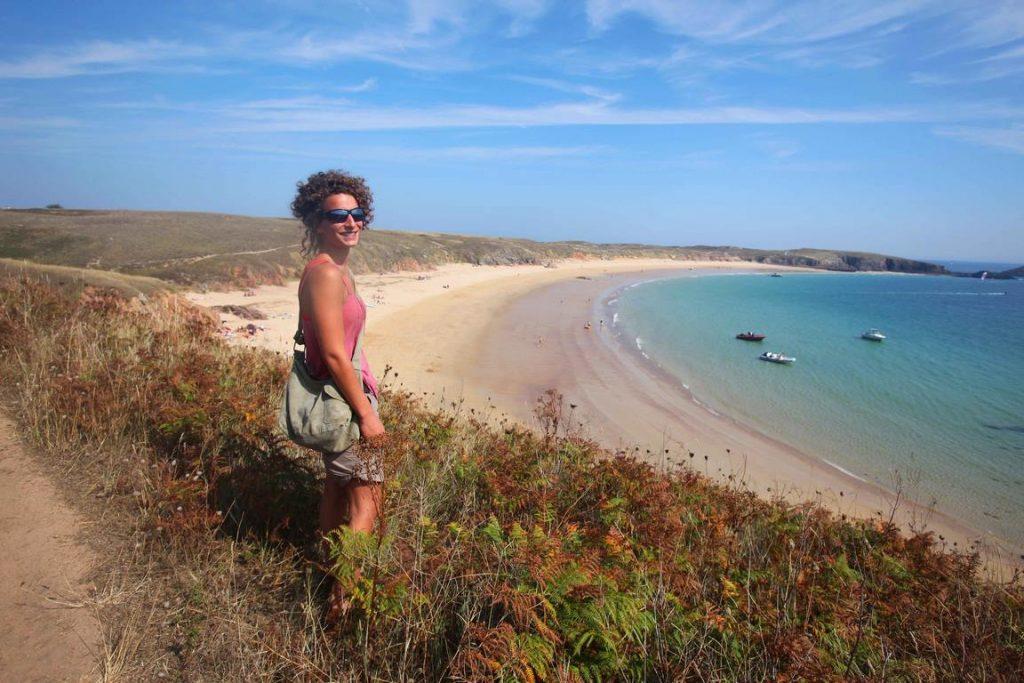 Houat. Un sentier côtier fait le tour de l'île et permet de découvrir – en 4 ou 5 heures si l'on est bon marcheur - une côte découpée et une lande sauvage battue par les vents.