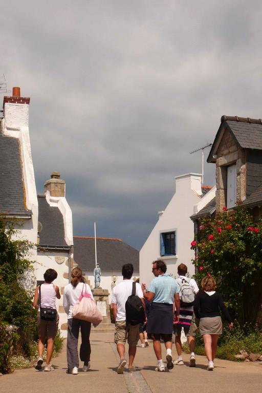 Houat. Le bourg est charmant avec ses jardinets fleuris et ses petites maisons de pierre ou chaulées de blanc, recroquevillées autour de l'église Saint-Gildas (1766), qui abrite un beau voilier, ex-voto du XIXe.