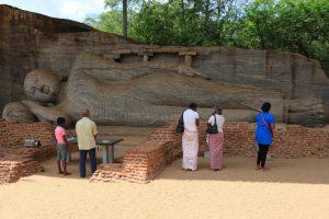 Sri Lanka. Bouddha couché de Gal Vihara dans la position du parinirvana.Sculpture de 14 m de long, XIe-XIIe siècle.
