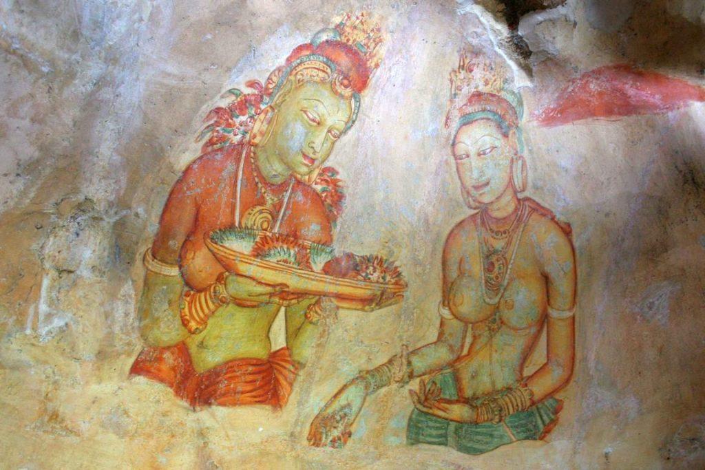 """Sri Lanka. Sigiriya.  Richement parées et représentées le haut du corps dénudé, les """"Demoiselles"""" paraissent flotter dans l'espace. On suppose que les jeunes femmes du harem servirent de modèles aux artistes."""