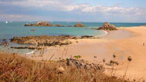 Considéré comme faisant partie des plus belles plages de Bretagne, le cordon dunaire de Treac'h ar Goured s'étire en arc de cercle sur plus de 2 km de long, à l'est de l'île de Houat.
