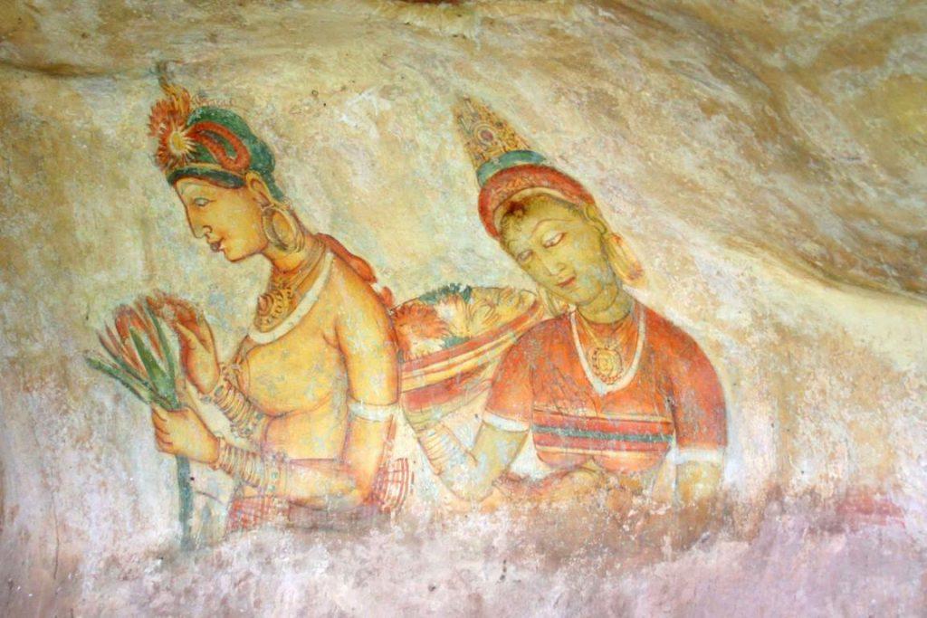 """Sri Lanka. Sigiriya. Peintes sur les murs d'un abri sous-roche, voici d'autres """"Demoiselles"""" qui portent des coiffures élaborées."""