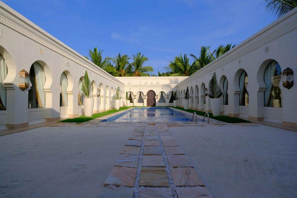 Zanzibar. Baraza resort. La piscine du spa Frangipani dans son écrin d'arcades d'inspiration mauresque.