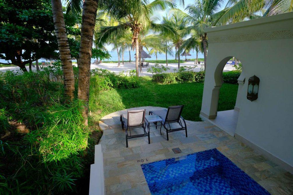 Zanzibar. Baraza resort. Chaque villa dispose d'une piscine privée, havre de sérénité, d'où l'on perçoit les vagues s'échouer au loin sur la barrière de corail.