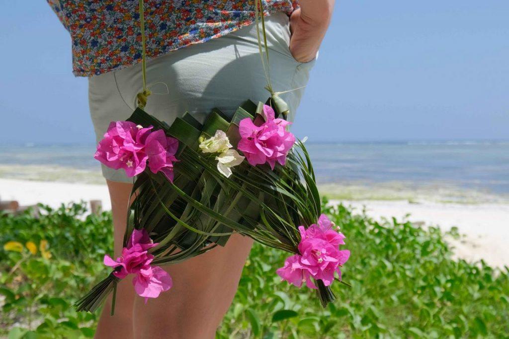 Le sac terminé, entièrement confectionné avec les feuilles de cocotier et décoré de fleurs de bougainvillée.