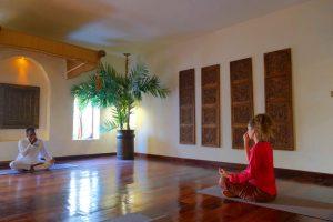 Zanzibar. Baraza resort. Exercice de respiration en début de séance de yoga. La respiration est lente et alternée, en utilisant une narine après l'autre. Cette pratique est purifiante et énergisante.