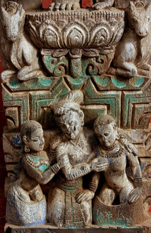 Vallée de Katmandou. Temple de Changu Narayan consacré au dieu hindou Vishnou. Un noble habillé est entouré de ses deux femmes dont les sexes sont dénudés.