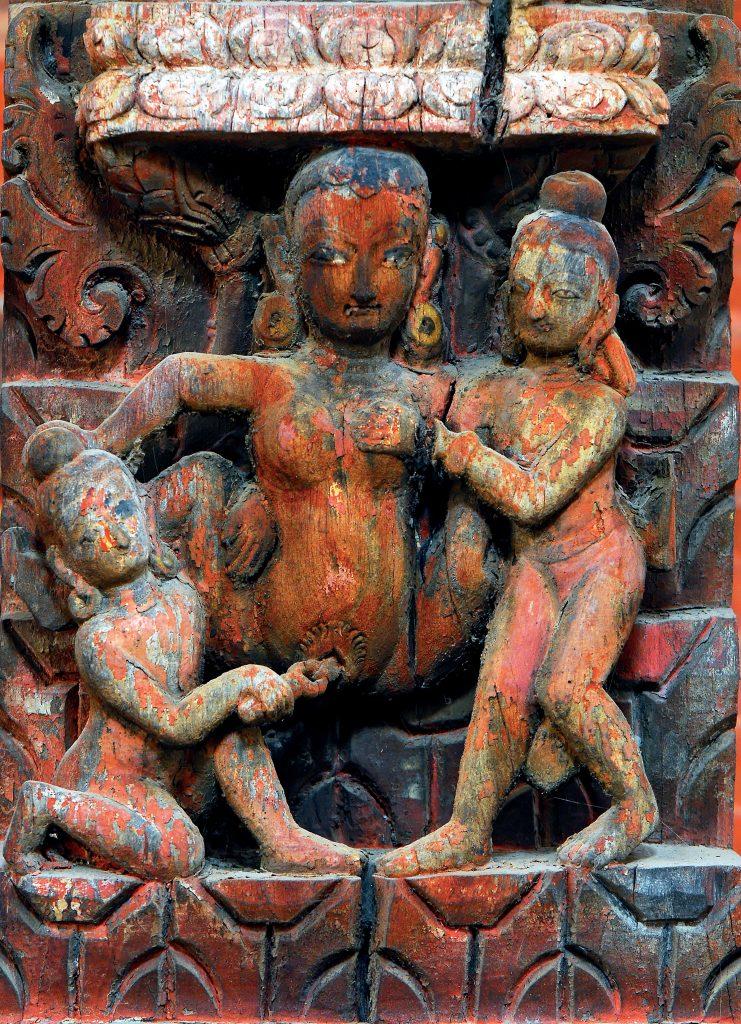 Patan. Temple de Jagannarayan. Durbar square. XVIIe siècle. Distraction érotique d'une noble dame. Elle porte des boucles d'oreilles qui attestent de son rang élevé. Elle est entourée de deux serviteurs, peut-être des eunuques, qui l'accompagnent dans la recherche de son plaisir.