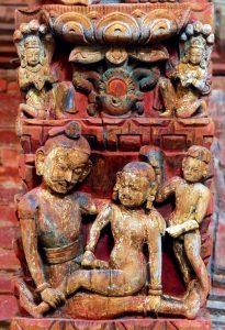 Katmandou. Temple de Jaganath dédié à Krishna (daté de 1563). Une jeune femme nue est assise sur les jambes d'un noble personnage en habit de ville. A côté d'eux, un serviteur agite un chasse-mouche et se masturbe de l'autre main. La taille des personnages donne une idée de la position sociale de chacun.